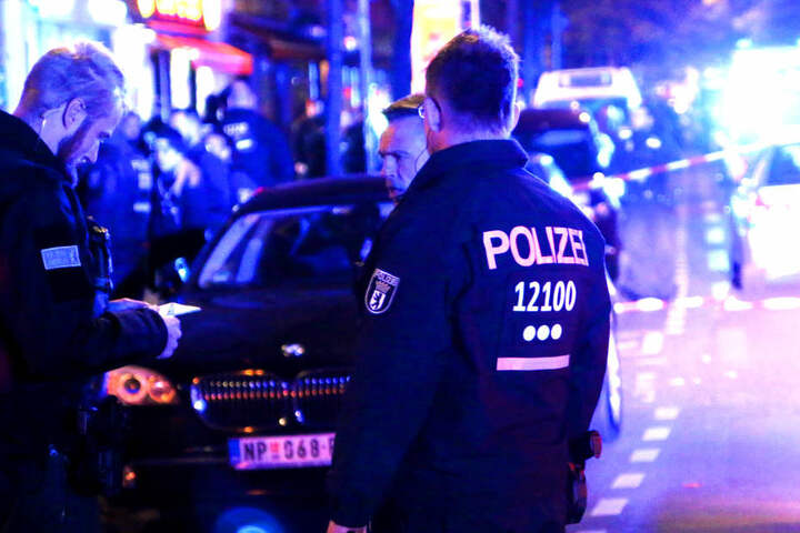 Die Beamten sicherten den Tatort ab und suchten nach Spuren.