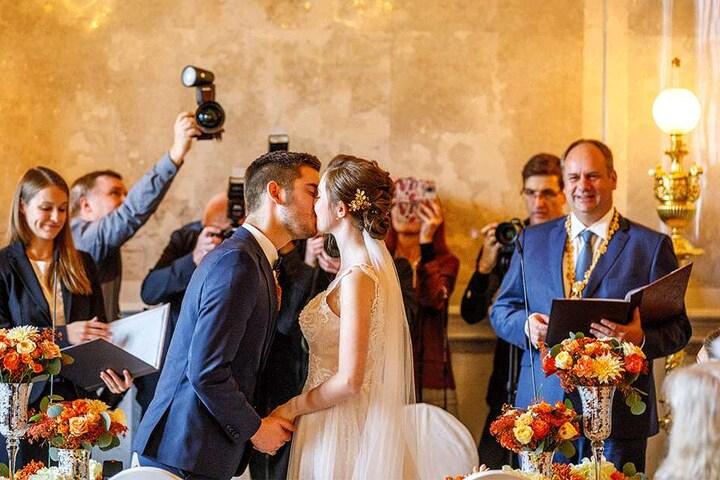 """Nach dem """"Ja""""-Wort durfte Klaas seine Christina endlich küssen. Oberbürgermeister Dirk Hilbert (47, FDP) durfte die beiden zwar nicht verheiraten, hielt aber die Traurede."""