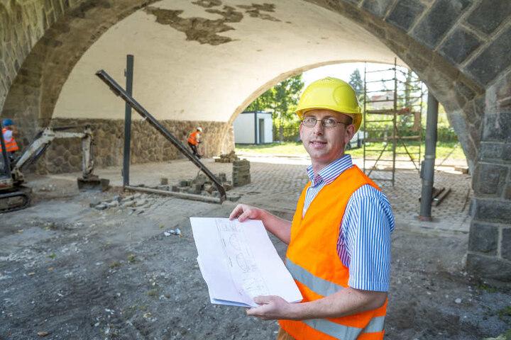 Andreas Gruner (32), Abteilungsleiter für Brücken- und Ingenieurbauwerke, vor  den Kasematten.