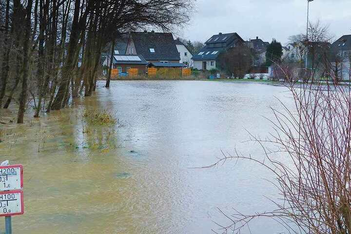 Der Jahnplatz war so stark unter Wasser, dass es fast ins Wohngebiet floß.