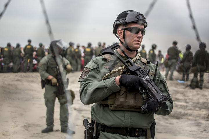 US-Sicherheitskräfte bewachen den Grenzzaun zwischen Mexiko und USA während eines Protests gegen die US-Migratinspolitik. Nun wurde ein Mädchen festgenommen, das wenig später starb.