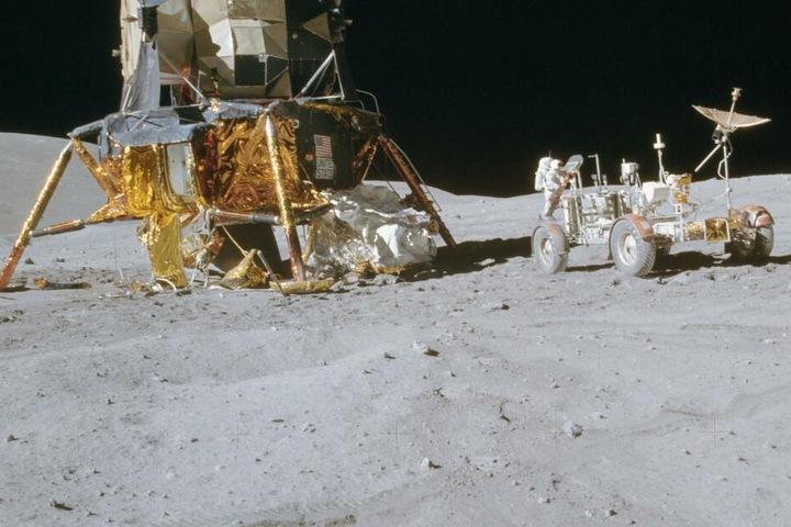 Apollo 16 hatte ein eigenes Auto dabei. Es wurde auf dem Mond zurückgelassen, konnte damals aber die Reichweite der Astronauten erweitern.