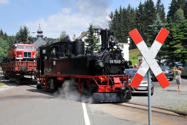 Feuerwehr im Huckepack: Bei der Pressnitztalbahn steigt bis Sonntag das 12. Oldtimertreffen. Gestern rollten die Güterzüge.