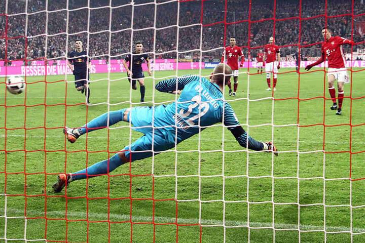 Hier mache Lewandowski den Sack zu: Den Strafelfmeter verwandelt er zum 3:0-Endstand.