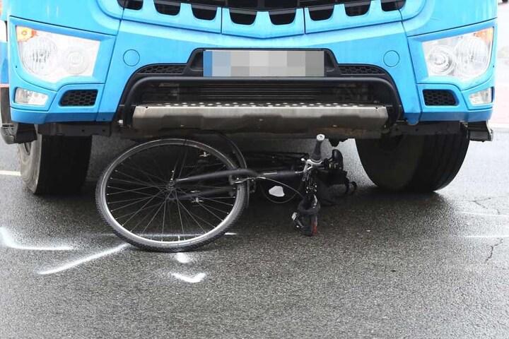 Offenbar übersah der Trucker den Fahrradfahrer.