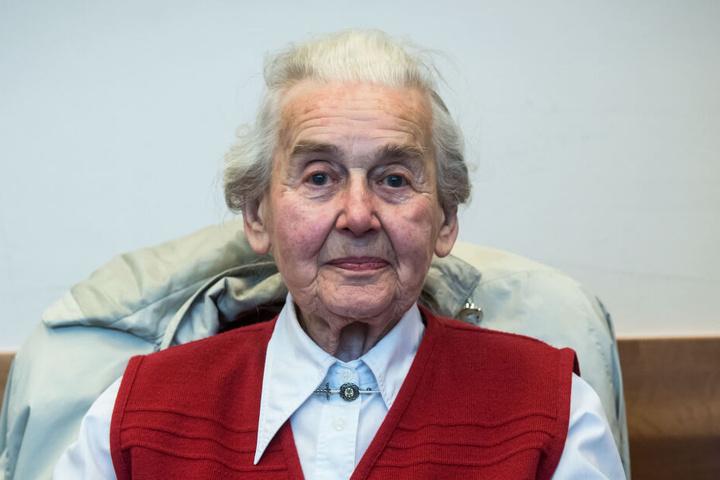 Die wegen Volksverhetzung verurteilte Ursula Haverbeck sitzt im Verhandlungssaal im Landgericht.