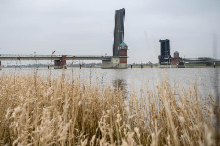 Ein Blick auf die hochgeklappte Jann-Berghaus-Brücke über der Ems.