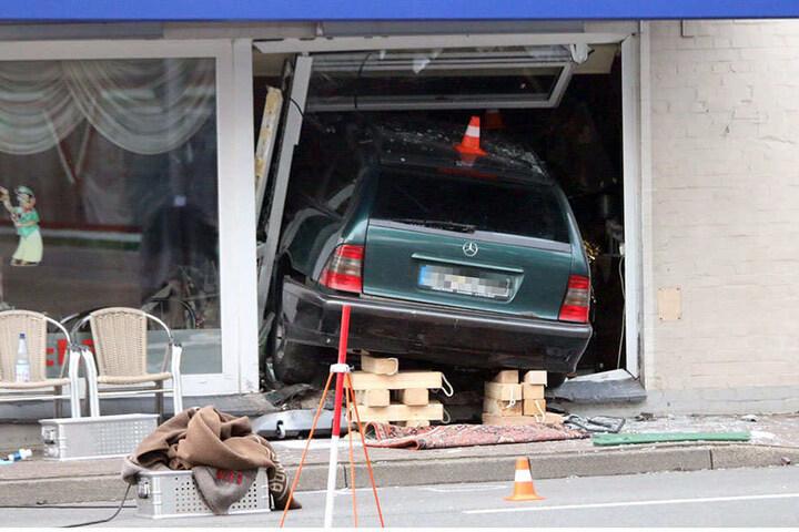 Das Auto raste in eine Eisdiele. Es kamen zwei Menschen ums Leben.