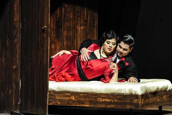 Die beschwipste Tante (Sampaguita Mönck) geht auf Tuchfühlung mit Latin-Lover Adolpho (Till Kleine-Möller)