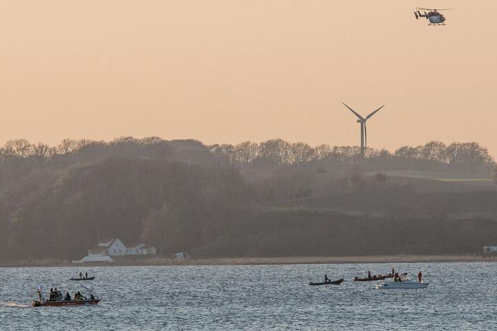 Zahlreiche Boote und ein Hubschrauber suchten die Flensburger Förde nach dem Mann ab.