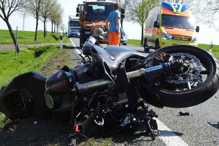 Der junge Biker übersah den vor ihm haltenden Transporter und raste in ihn.
