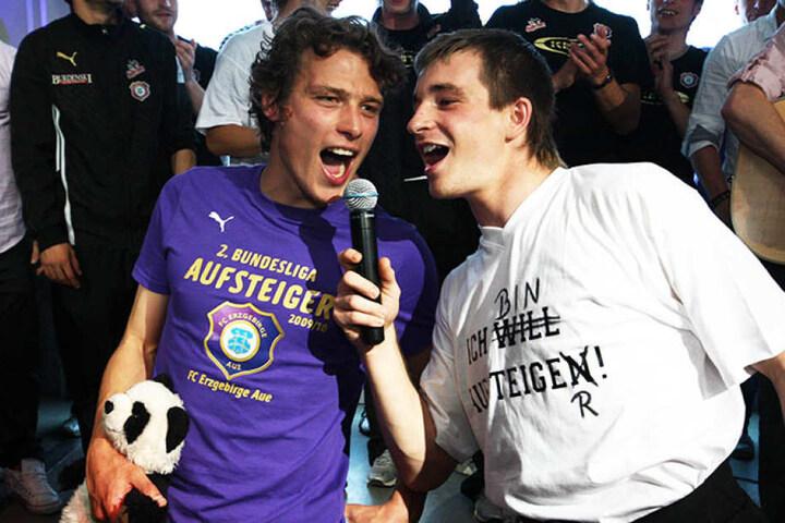 2010 stieg Aue nach einem 2:1 gegen Braunschweig in die 2. Bundesliga auf. Hier singt Martin Männel (r.) zusammen mit Marc Hensel.