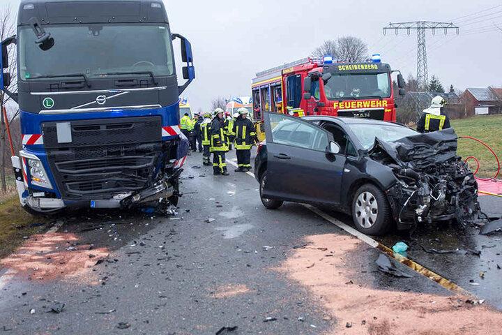 Das Auto stieß zuerst gegen einen Laster, prallte später in einen Kleintransporter.