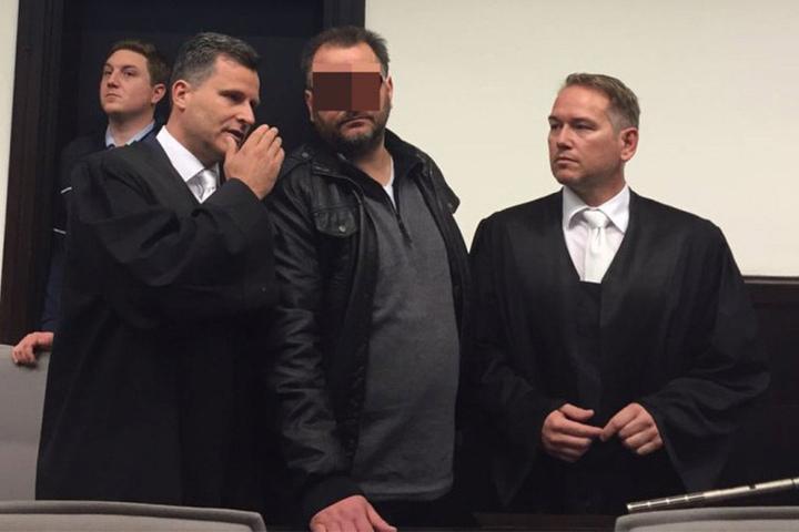 Wilfried W. zeigt vor Gericht sein Gesicht. Seine Ex-Frau und Mitangeklagte Angelika W. zeigt sich nicht vor den Kameras.
