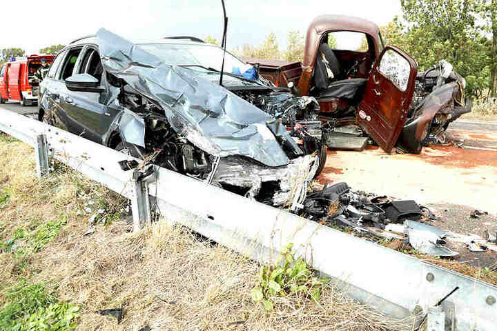 Sowohl der Ford Pickup als auch der Skoda erlitten Totalschaden.