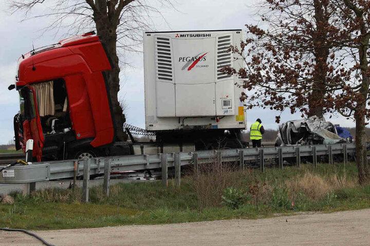 Der Lkw und das Auto wurden bei dem Unfall stark beschädigt.