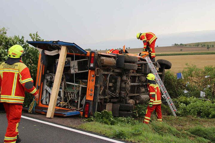 Die Feuerwehr sicherte den Unfallort und konnte den Fahrer des Fahrzeugs bergen.
