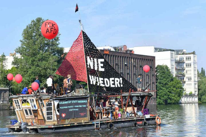 Eines der Protestboote auf dem Weg zum Hauptbahnhof.