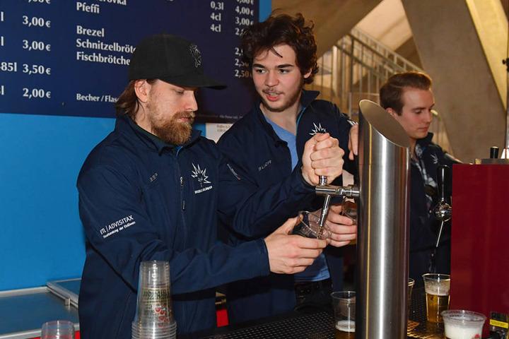 René Kramer (l.) schenkte den Fans Bier ein.