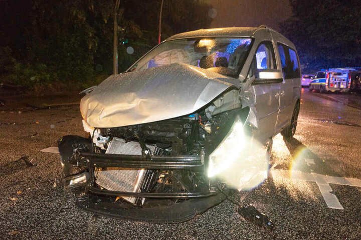 Die Spuren des Unfalls sind am Caddy deutlich zu erkennen.