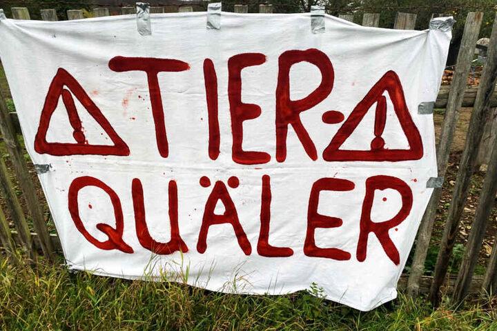 Anwohner machen auf die Missstände mit Bannern aufmerksam.