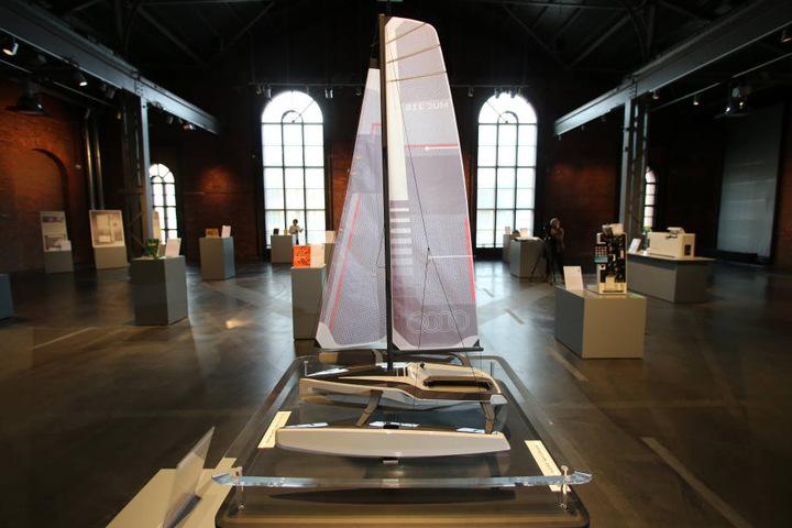 """Design-Preis-Exponate wie das Modell des Trimarans """"Audi Tri"""", ein mit hydraulischen Segeln ausgestattetes Segelboot, sind bis zum 23. April im Chemnitzer Industriemuseum zu sehen."""