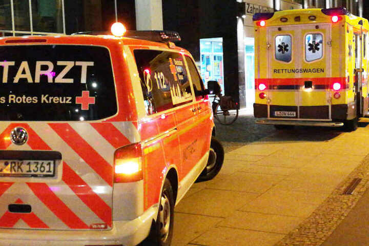 Ein Rettungs- und ein Notarztwagen waren zum Unfallort am Johannisplatz gekommen, um sich um den Verletzten zu kümmern und ihn in die Uniklinik zu bringen.