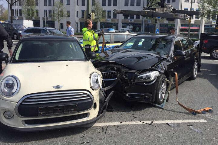 Die Autos blockierten die Kreuzung, die weiter einspurig befahren werden konnte.