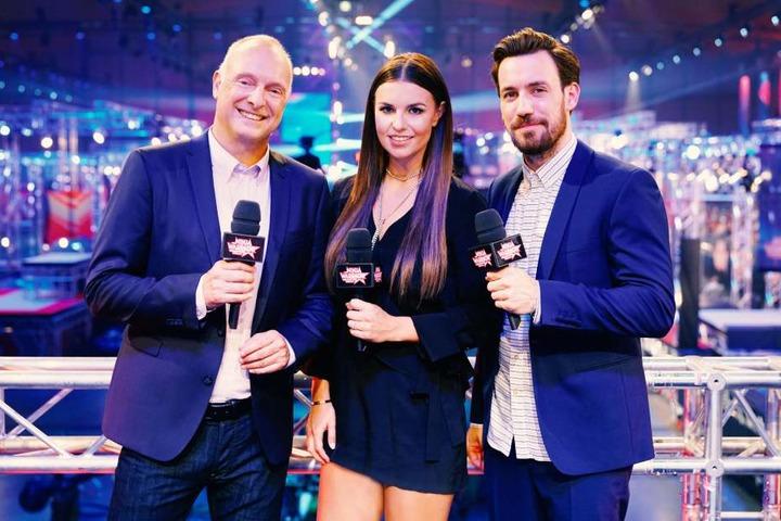 Moderiert wird die Show von Frank Buschmann (links), Laura Wontorra und Jan Köppen.