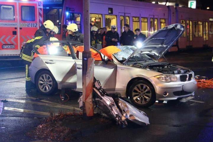 Die Feuerwehr befreite den BMW-Fahrer aus dem seinem Auto.