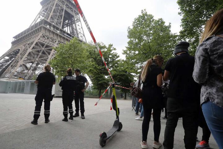 Der Turm musste gesperrt werden, nachdem der Mann auf das Gerüst geklettert war.