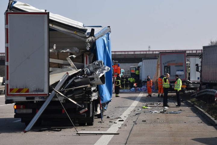 Zwei Personen wurden bei dem Unfall schwer verletzt und wurden in Kliniken gebracht.