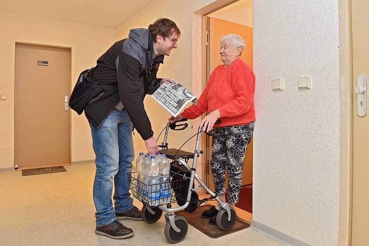 Abgeschnitten von der Außenwelt: Nicht mal der Lieferdienst will Ursula Heins (86) noch Essen bis nach oben in den neunten Stock bringen. MOPO-Reporter Hermann Tydecks (34) versorgte die Rentnerin mit Trinkwasser und Zeitung.