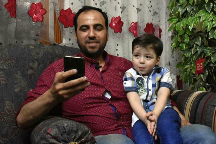 Kann trotz der Gräueltaten wieder lächeln: Der mittlerweile fünfjährige Omran.