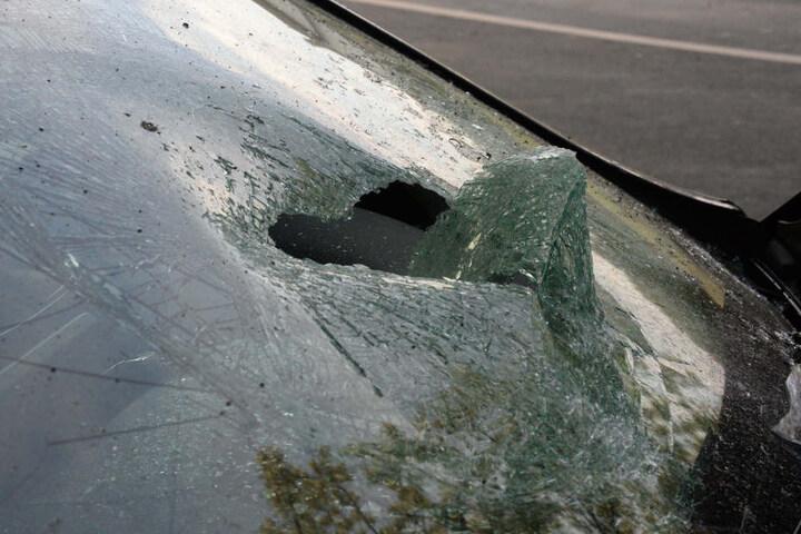 Auch die Windschutzscheibe wurde bei dem Unfall durchschlagen.