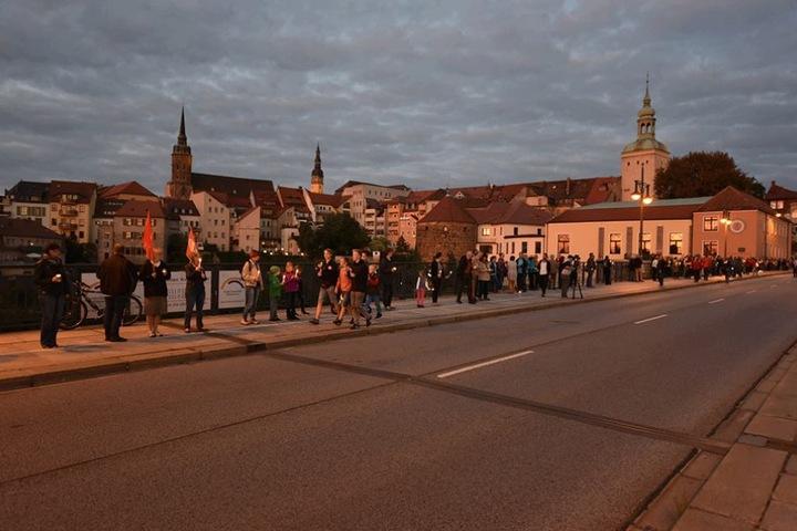 Auch über die Friedensbrücke standen die Menschen.