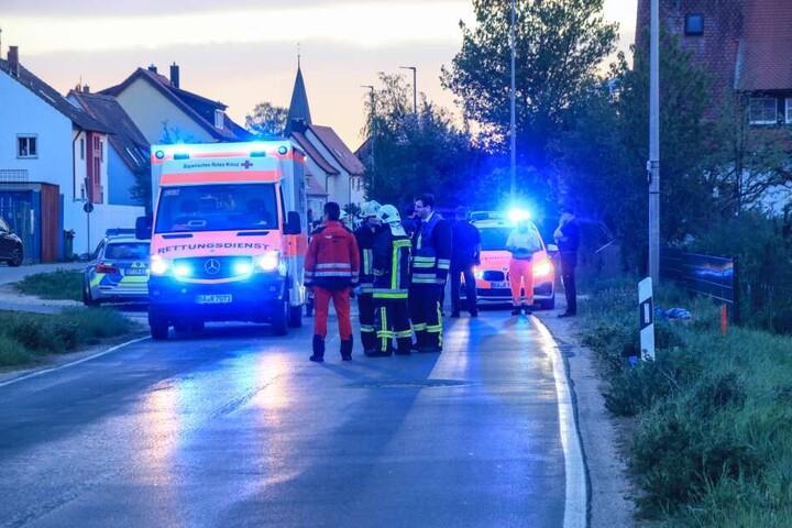 Rettungskräfte an der Unfallstelle vor Frensdorf bei Bamberg.