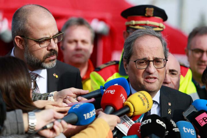 Quim Torra (r.), Regionalpräsident von Katalonien, spricht mit Journalisten über die Lage im Chemiepark in der Nähe der nordostspanischen Hafenstadt Tarragona nach einer Explosion.