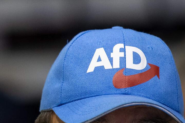 """Ein Mann trägt eine Mütze mit der Aufschrift """"AfD"""". (Symbolbild)"""
