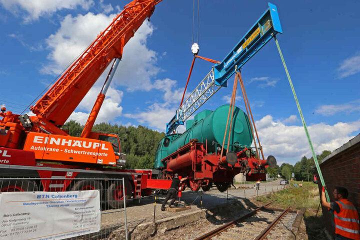 Die Lok wird am alten Bahnhof in Hartmannsdorf abgeladen und aufgestellt.
