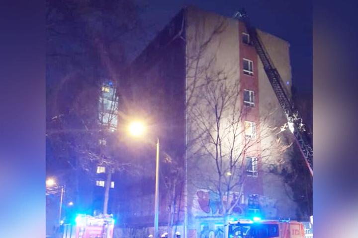 Von diesem Sechsgeschosser im Leipziger Süden mussten lose Dachteile von der Feuerwehr beseitigt werden.