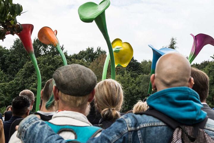 """Zahlreiche Menschen nahmen an der Einweihung vom """"Denkmal für die erste homosexuelle Emanzipationsbewegung"""" am Magnus-Hirschfeld-Ufer teil."""