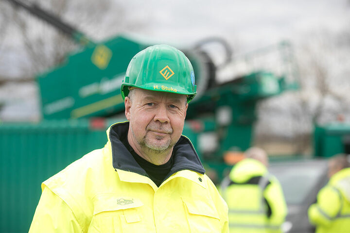 Henry Stuke (54) von der Firma Beermann Bohrtechnik überwacht die komplizierten Arbeiten.