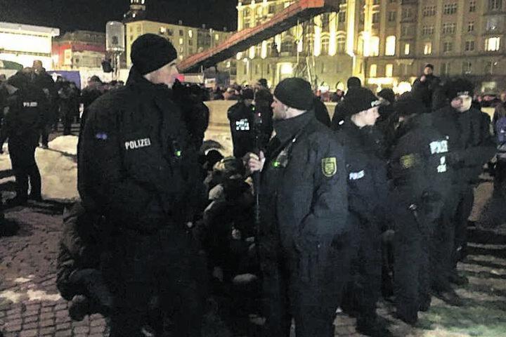 Auf der Gedenkveranstaltung der AfD im Februar umstellte die Polizei Gegendemonstranten, die eine Sitzblockade veranstalteten.