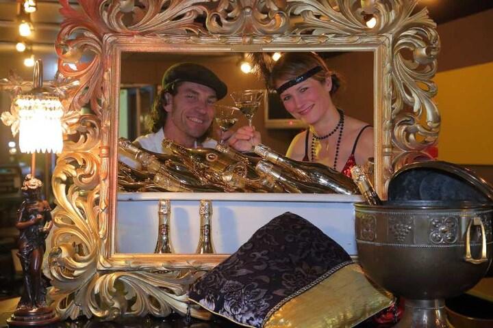 Gold, wohin man schaut: Rene Kuhnt und Pianistin Ilka Kraske stoßen auf einen  rauschende Silvesternacht an.
