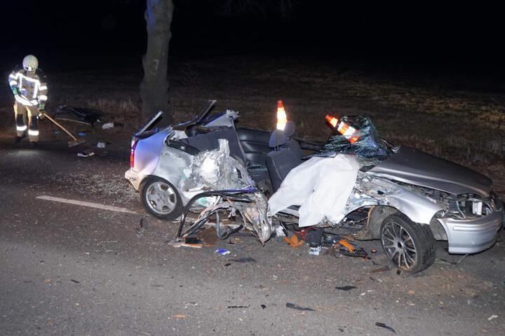 Der völlig zerstörte Honda Civic ist kaum noch zu erkennen.