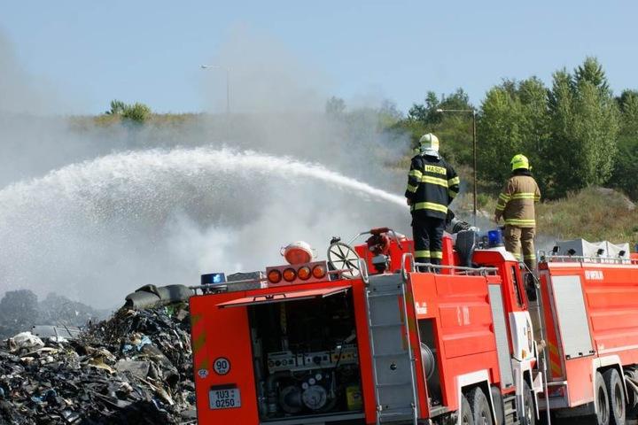 Großeinsatz: Feuerwehrleute löschen die Mülldeponie in Most.