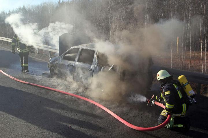 Die Löscharbeiten an dem Dacia dauern noch an.