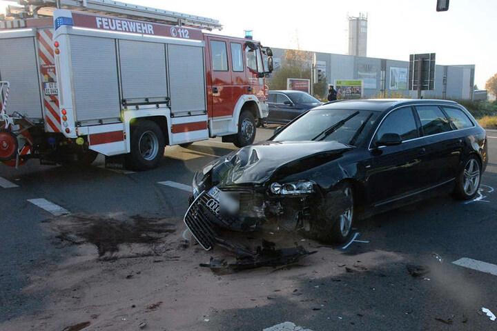 Der Audi-Fahrer übersah den Trecker, vermutlich weil ihn die Sonne blendete, und krachte in ihn.