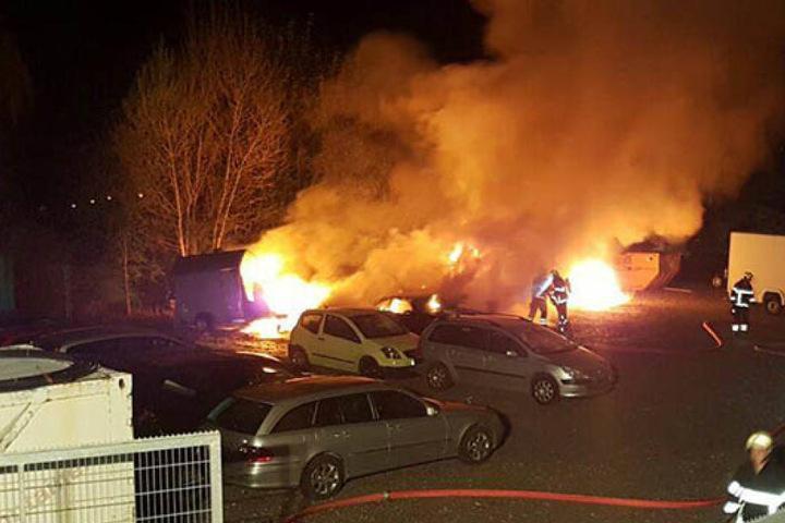 Als die Feuerwehr eintraf, brannte es auf dem Parkplatz des Autohandels lichterloh.